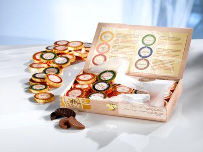 Gold-Dublonen in einer Holzbox