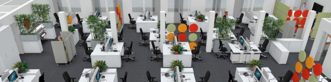 Großraumbüro mit verschiedenen Akustikelementen