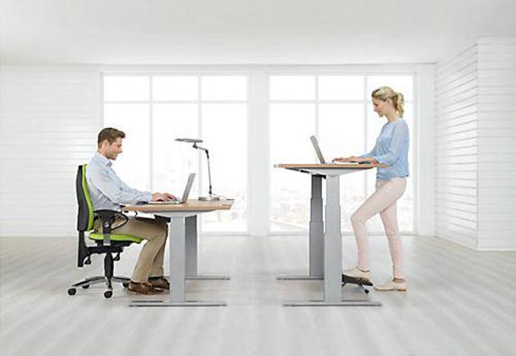 Höhenverstellbare Stehtische ermöglichen ergonomisches Arbeiten
