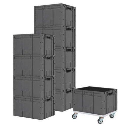 Aufeinandergestapelte Lagerkästen und Lagerbehälter mit Rollen