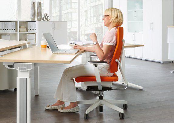 Arbeitsplatz mit Bürostuhl im Büro
