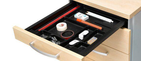 Schublade eines Rollcontainers mit Utensilienfach