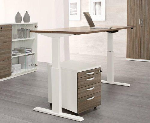 Büroraum mit höhenverstellbarem Schreibtisch
