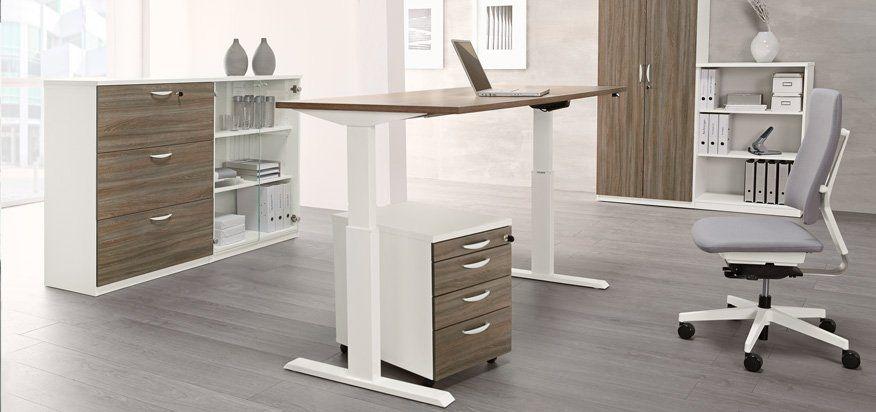 Büro mit höhenverstellbarem Schreibtisch