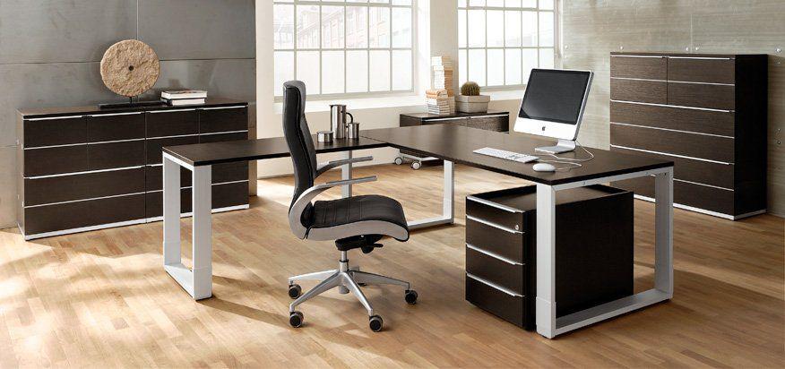 Chefbüro mit Schreibtisch.