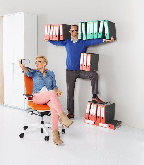 Mann und Frau mit Ordnern im Büro