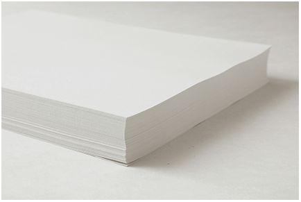 Blok kopieerpapier die uit de verpakking is gehaald