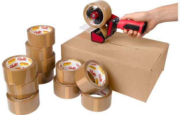 Verschließen eines Kartons mit Paketband