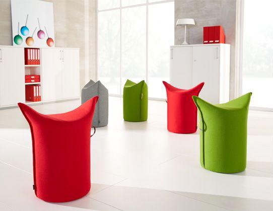 Fünf farbige Zipfelhocker im Büro