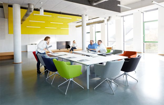 Verschiedenfarbige Konferenzsessel im Konferenzraum