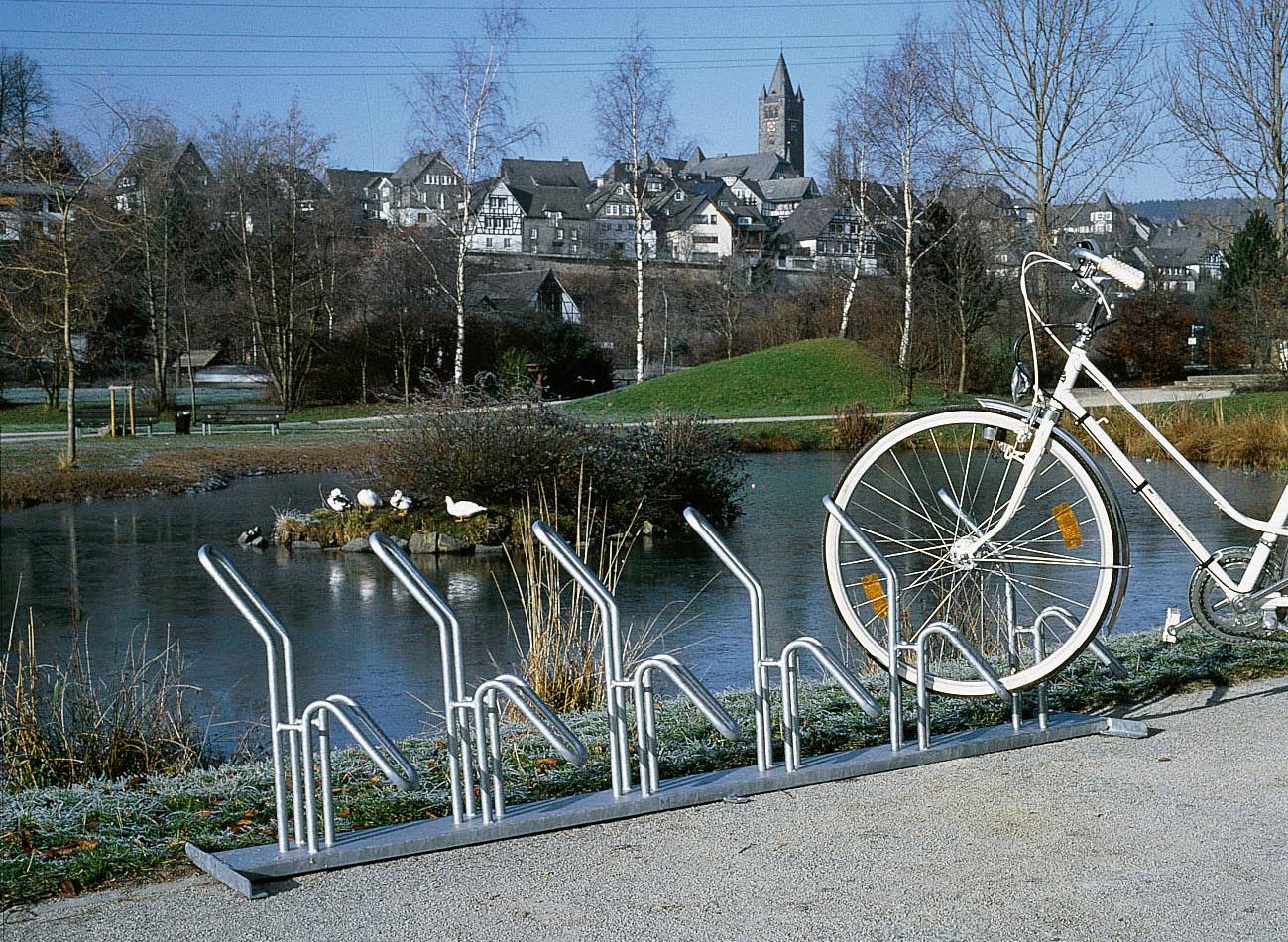 Fahrradständer am See im Stadtpark