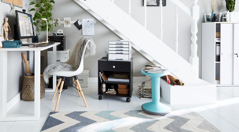 Kleine Arbeitsecke mit Schreibtisch und Büroausstattung