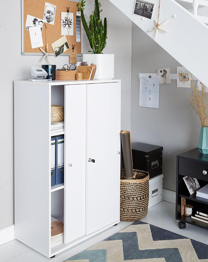 Kleine kamer in het thuiskantoor ingericht met schuifdeurkast en prikbord