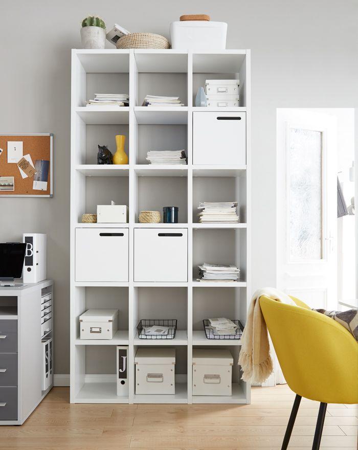Modernes Büroregal im Homeoffice