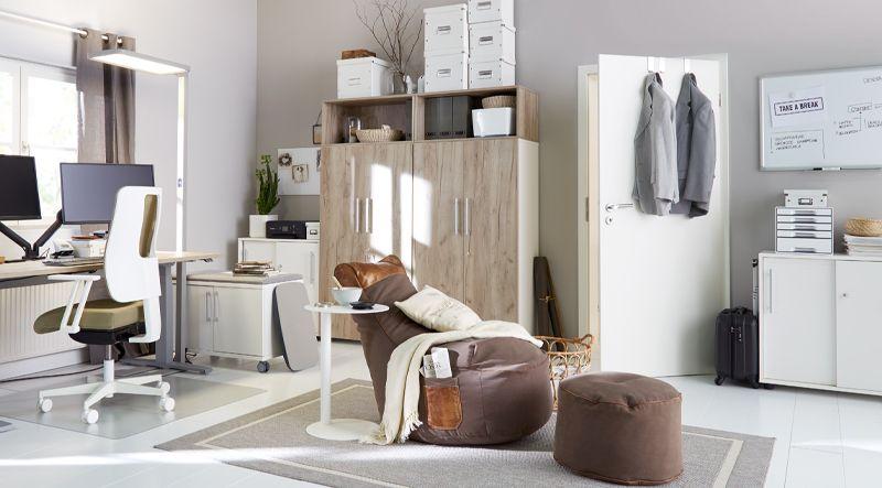 Arbeitszimmer zuhause mit ergonomischen Möbeln