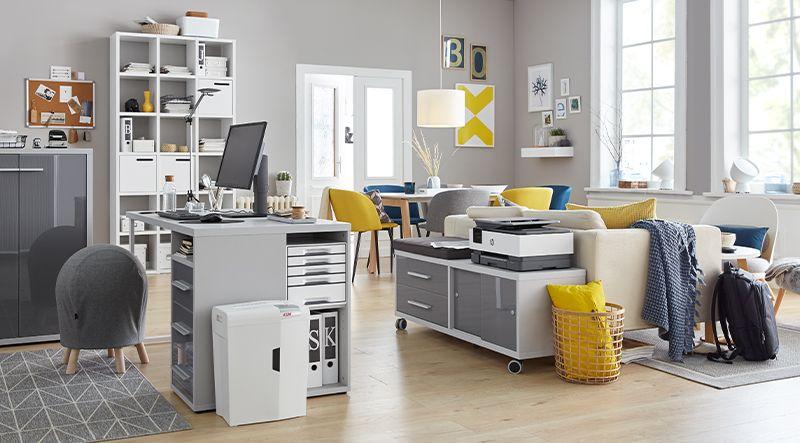 Wohnzimmer mit Arbeitsbereich