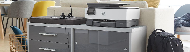 Headset und Drucker auf Büroschrank im Wohnzimmer