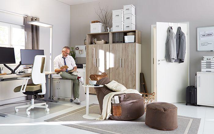 Mann arbeitet im modernen, vollausgestatteten Büro zuhause