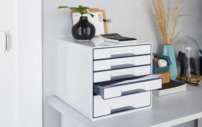 Schubladenbox und Dekoration auf einem Schreibtisch