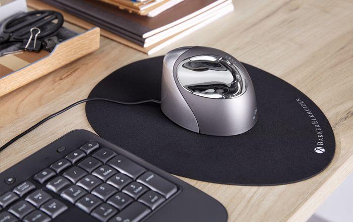 Zilveren computermuis op bureautafel