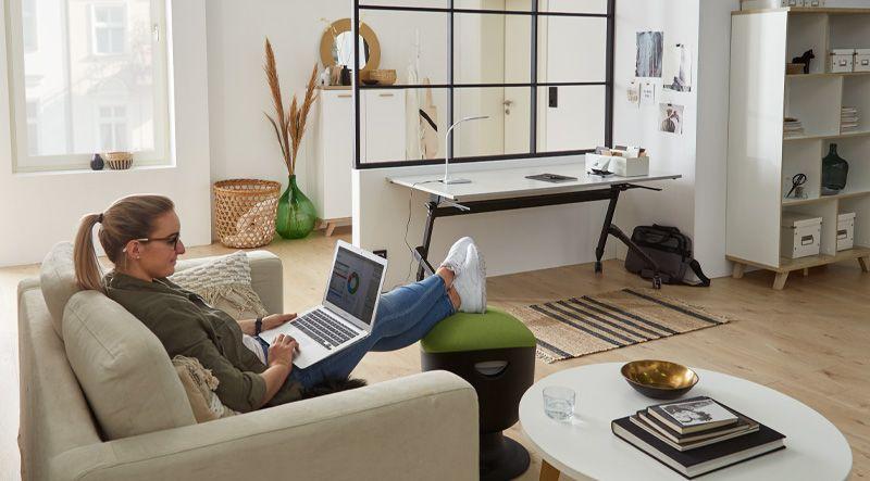 Kleine Arbeitsecke mit klappbarem Schreibtisch und Büroausstattung