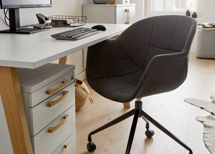 Schreibtisch mit Ausstattung für den Arbeitsplatz zuhause