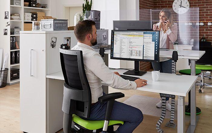 Zwei Personen arbeiten zusammen sicher im Büro