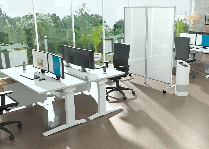 Bureau met uitrusting voor de werkplek thuis