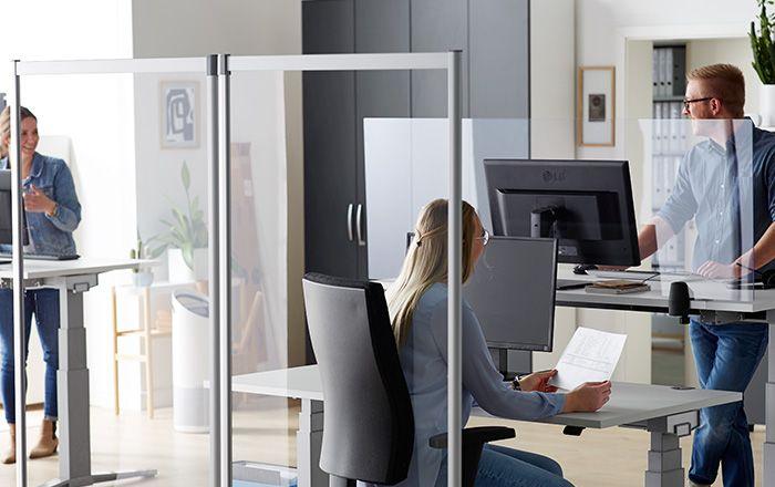 Twee mensen werken samen in het kantoor